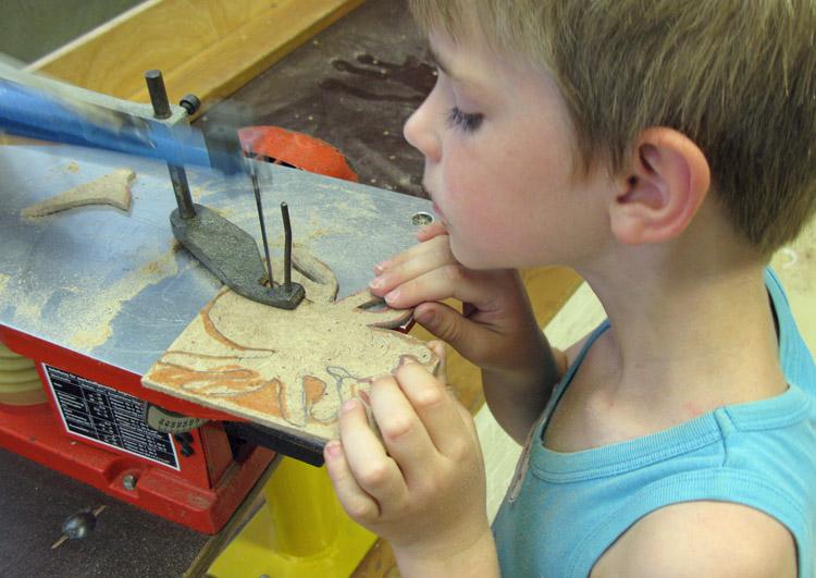 Kind figuurzaagt een spin.