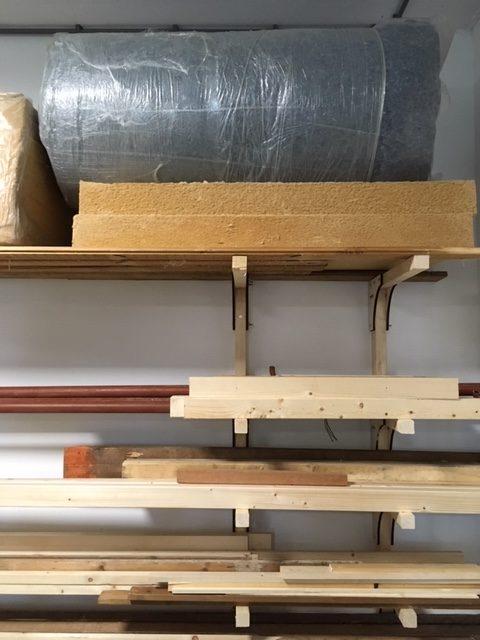 een stelling vol houten balken en isolatiematerialen