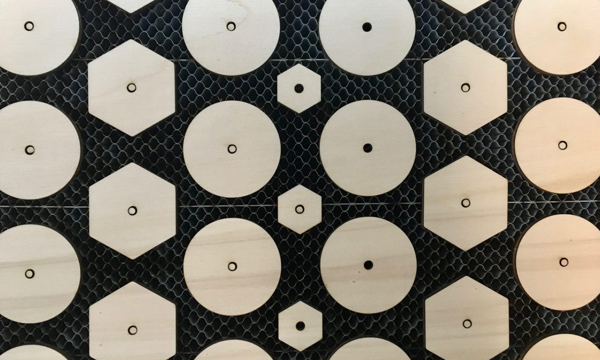 Cirkels en zeskanten van hout. 2d-vormen, lasergesneden